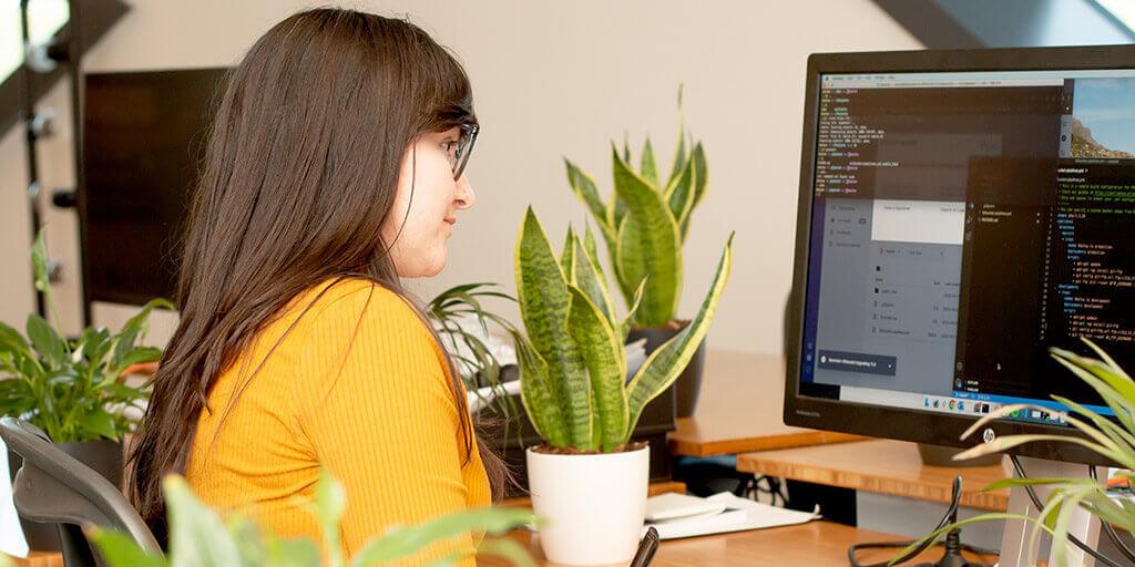 Denise achter haar computer